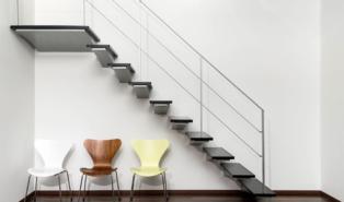 Прямая лестниц, каркас из металла, ступени из стены ЛМП1