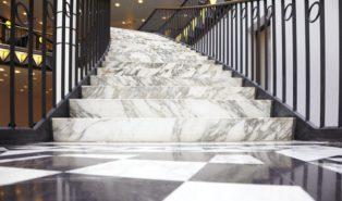Отделка лестницы мрамором ОЛМ10