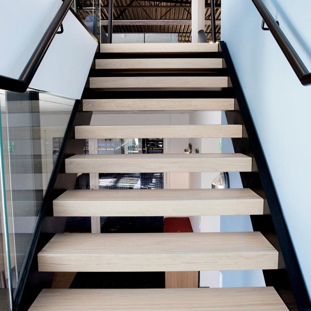 Лестница прямая, светлые ступени, дерево ЛП9