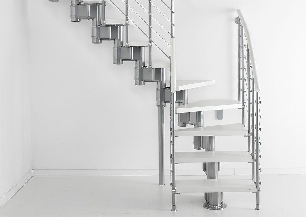 Г-образная лестница, металлокаркас, белая ЛМГО10