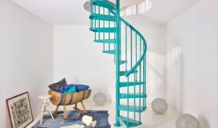 Бирюзовая металлическая винтовая лестница ЛМВ10