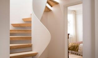 Стильная лестница из лиственницы ЛЛ11