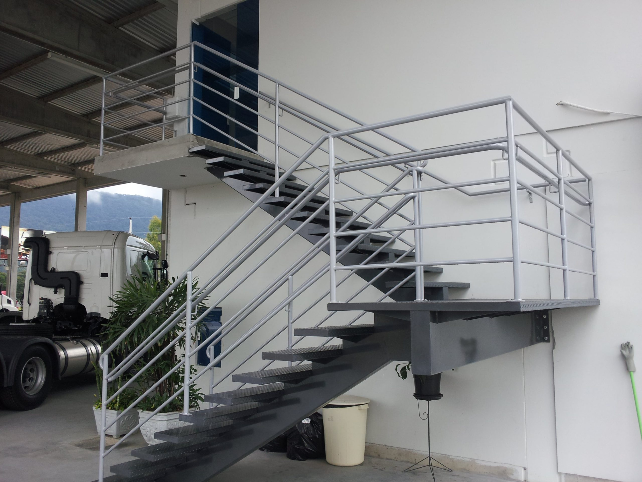 Стальная лестница буквой П ЛМПО11