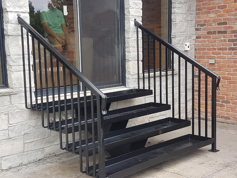 Прямая металлическая лестница, уличная ЛМП11