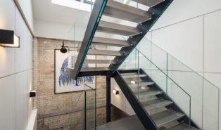 Лестница металлокаркас буквой П, стеклянные перила ЛМПО12