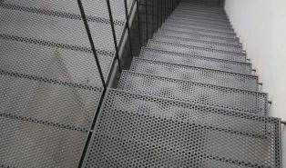 Прямая металлическая лестница, сетчатая ЛМП12