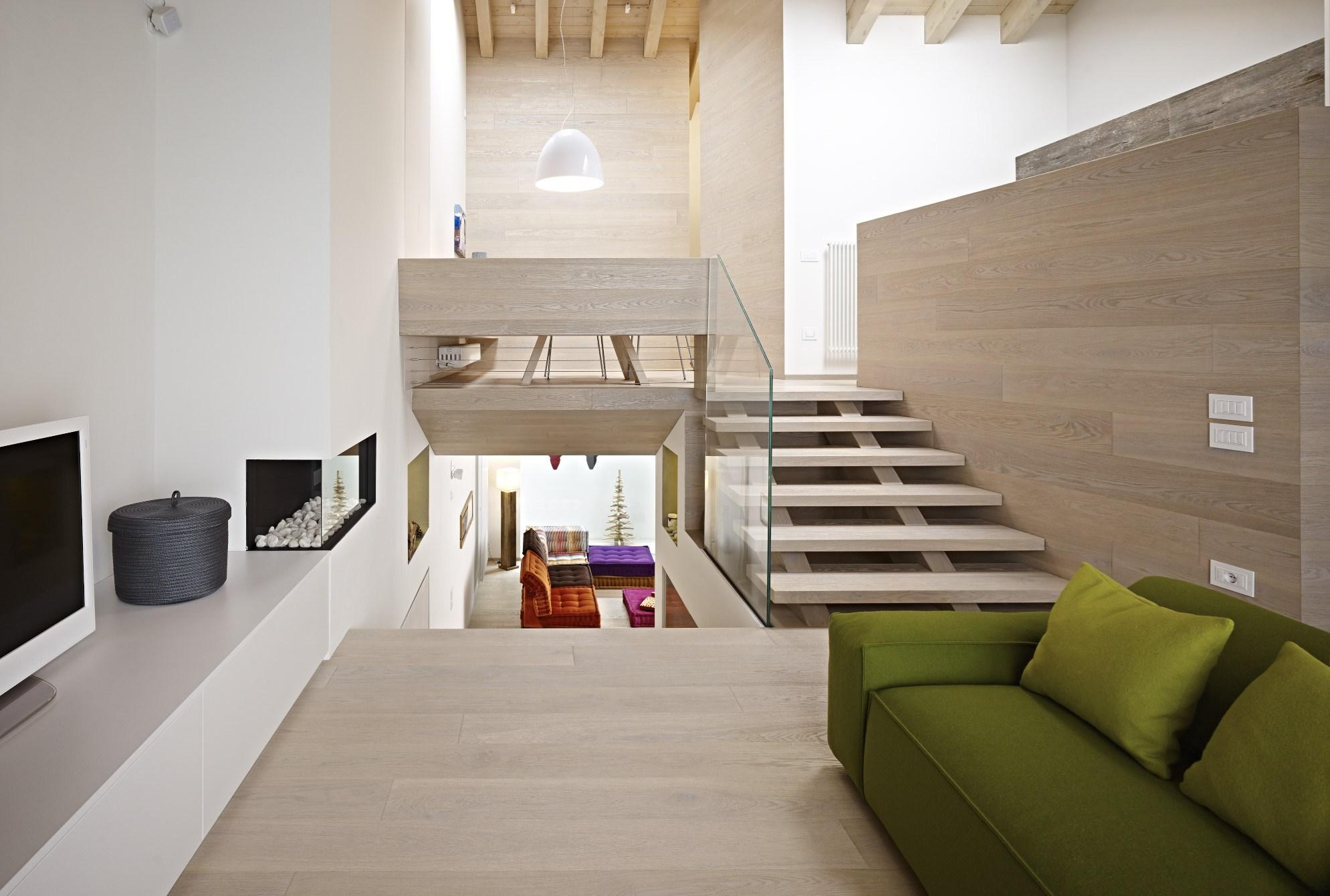 Светлая лестница из лиственницы ЛЛ13