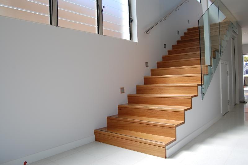 Отделка лестницы ламинатом на контрасте ОЛЛ13