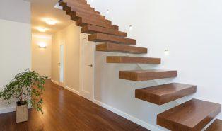 Лестница прямая из стены, ступени из дерева ЛП13