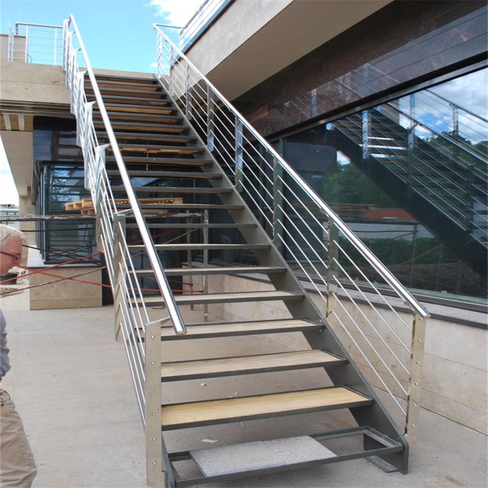 Уличная прямая металлическая лестница ЛМП14