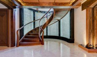 Винтовая лестница из темного дерева ЛВ14