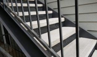 Уличная прямая металлическая лестница, ступени бетон ЛМП15