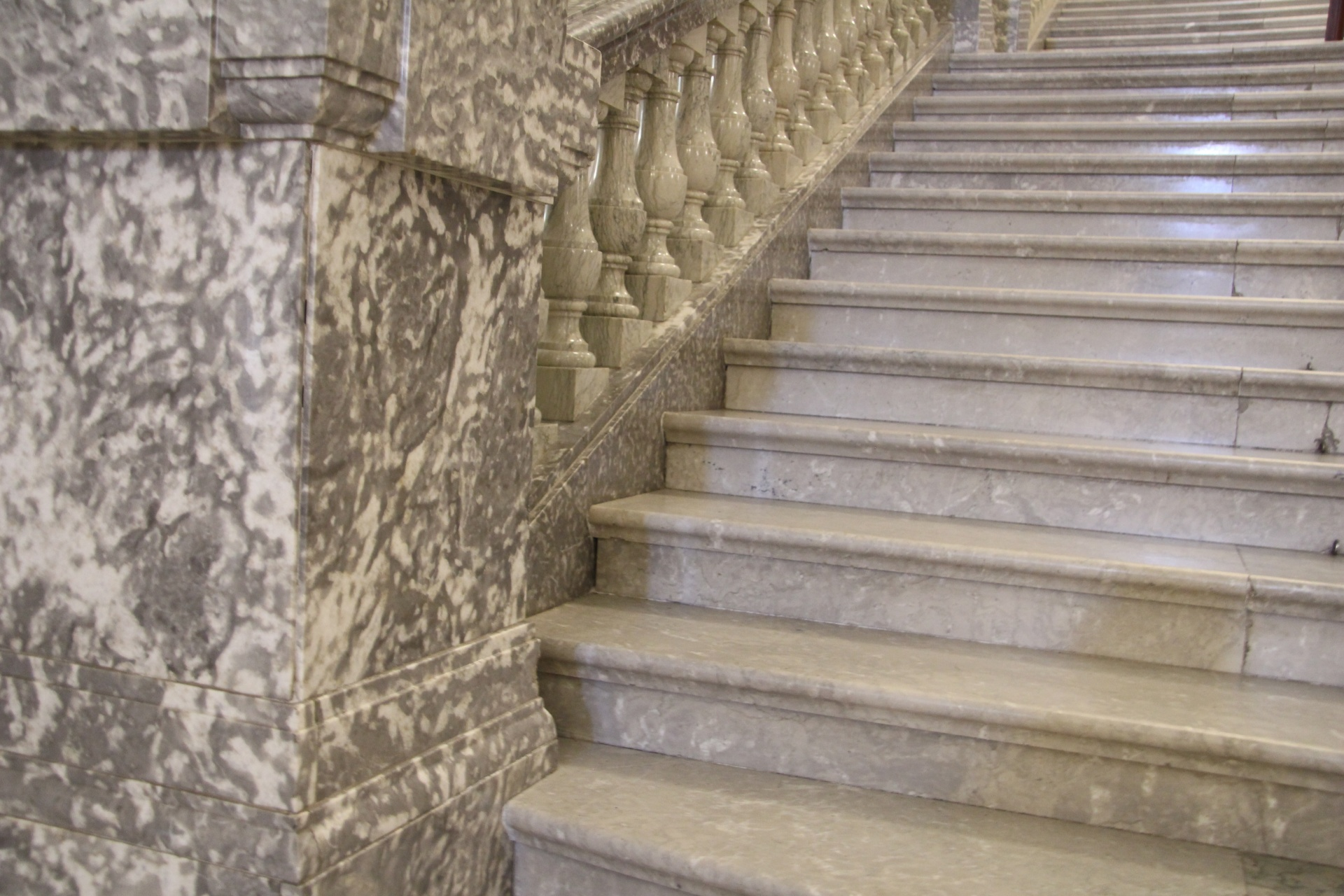 Отделка лестницы мрамором ОЛМ16