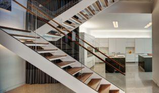 Современная П-образная лестница с деревянными степенями ЛПО16