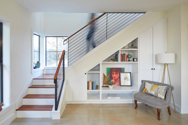 Г-образная лестница, ступени из темного дерева ЛГО16