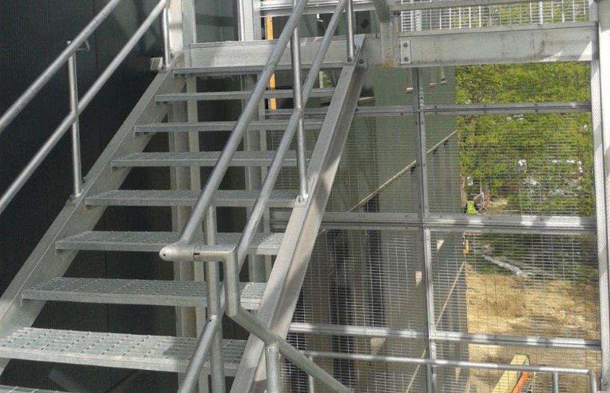 Уличная прямая металлическая лестница ЛМП16