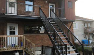 Прямая металлическая лестница на улице ЛМП17
