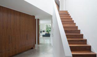 Прямая лестница у белой стены, из дерева ЛП19