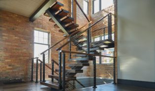Стильная металлическая П-образная лестница ЛМПО2