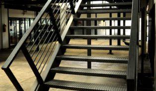 Прямая лестница из металла ЛМП20