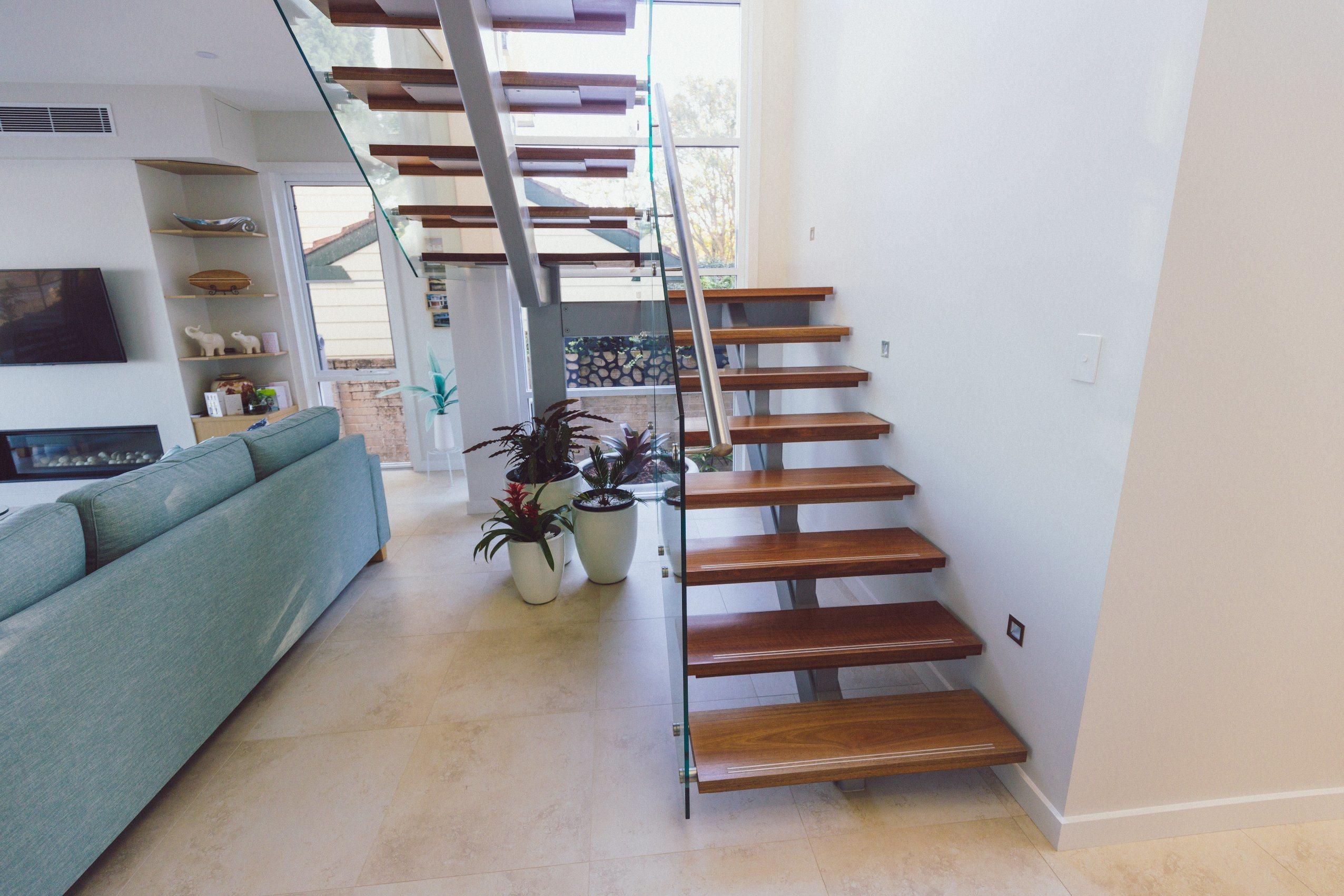 Лестница на каркасе буквой П с деревянными ступенями ЛПО20