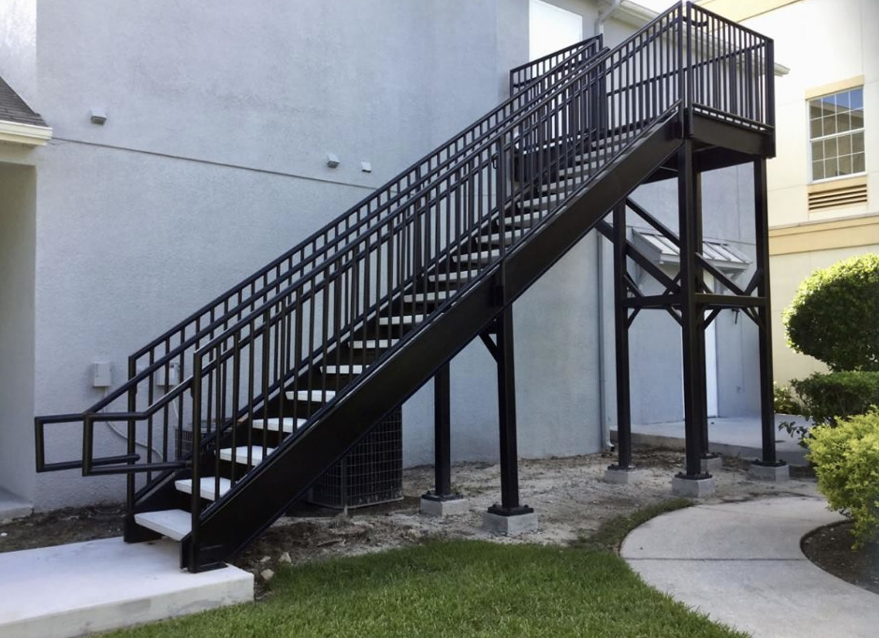 Прямая лестница из металла, улица ЛМП21