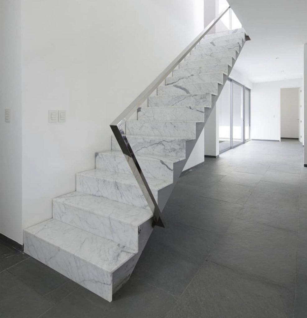 Отделка лестницы мрамором ОЛМ21