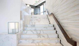 Отделка лестницы мрамором ОЛМ22