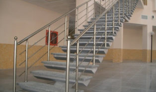 Прямая металлическая лестница ЛМП23