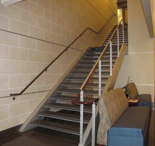 Прямая металлическая лестница в помещении ЛМП24