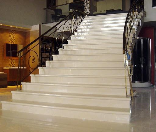 Отделка лестницы мрамором ОЛМ24