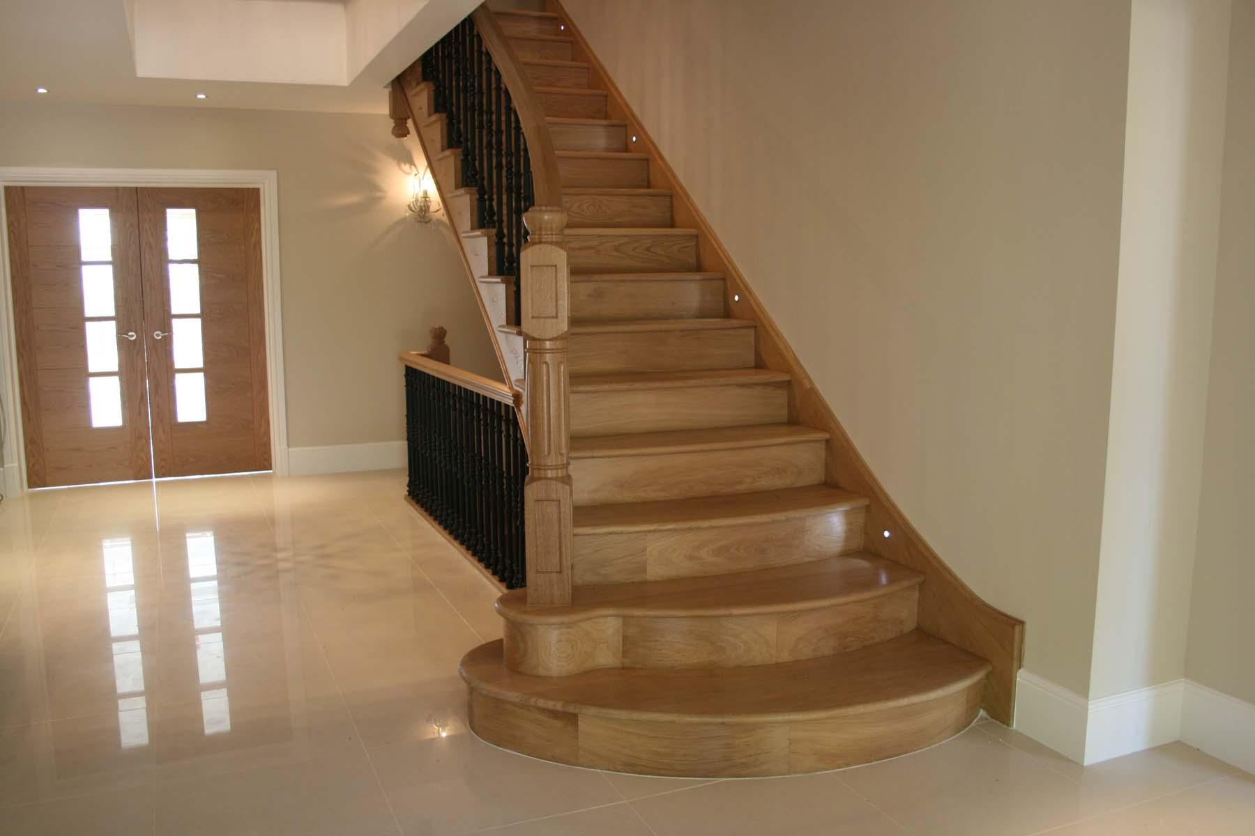 Прямая лестница, массив из светлого дерева ЛП24