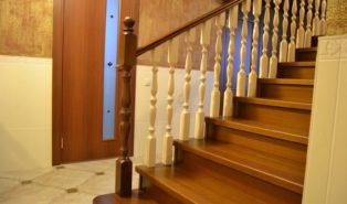 Лестница из лиственницы с балясинами ЛЛ25