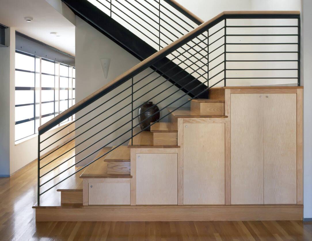 Стильная лестница П-образная со ступенями из дерева ЛПО25