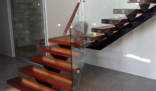 Г-образная лестница, ступени из темного дерева ЛГО25