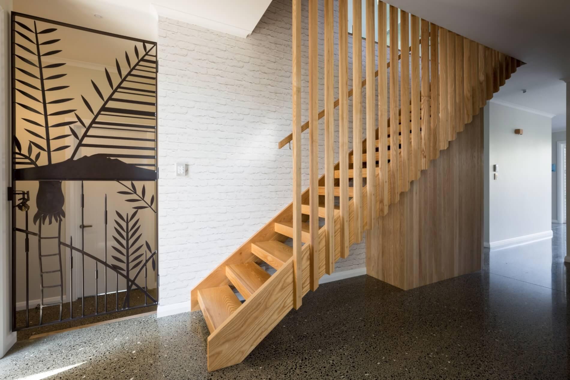 Лестница, массив светлого ясеня ЛЯ24
