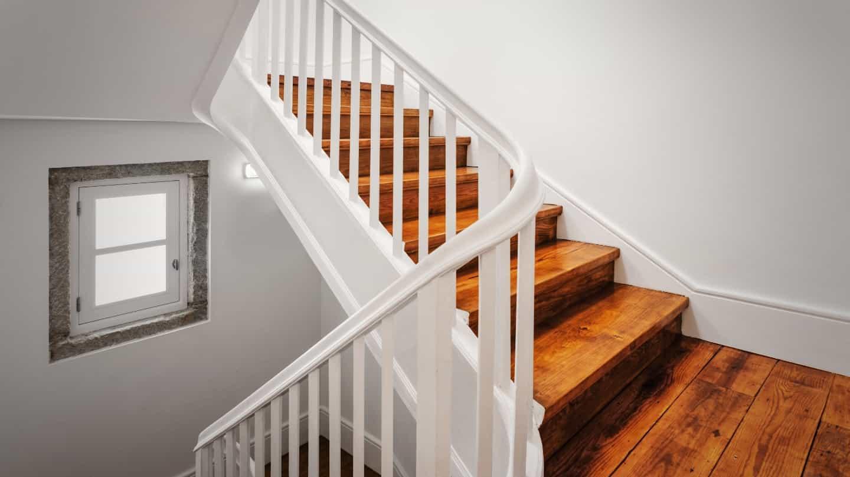 П-образная лестница со ступенями из дерева ЛПО26