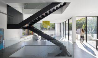 Стильная металлическая П-образная лестница со стеклом ЛМПО26