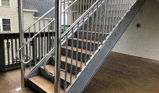 Прямая металлическая лестница ЛМП27