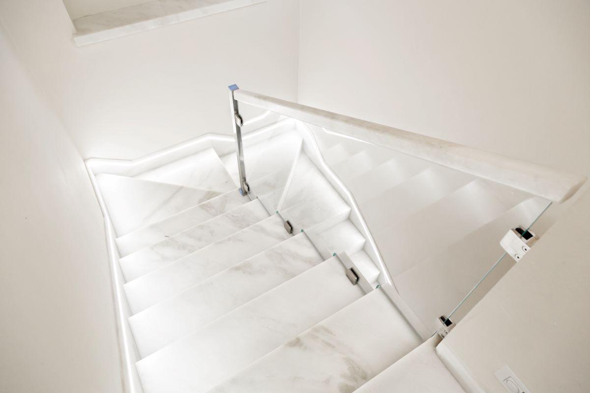 Отделка лестницы мрамором ОЛМ28