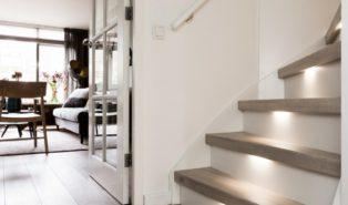 Отделка лестницы деревом с подсветкой ОЛД28
