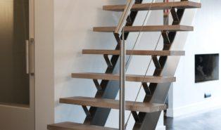 Крутая прямая лестница, металлокаркас, ступени из массива ЛП28