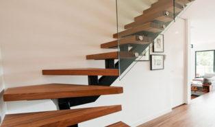 Лестница буквой Г, ступени из темного дерева ЛГО28
