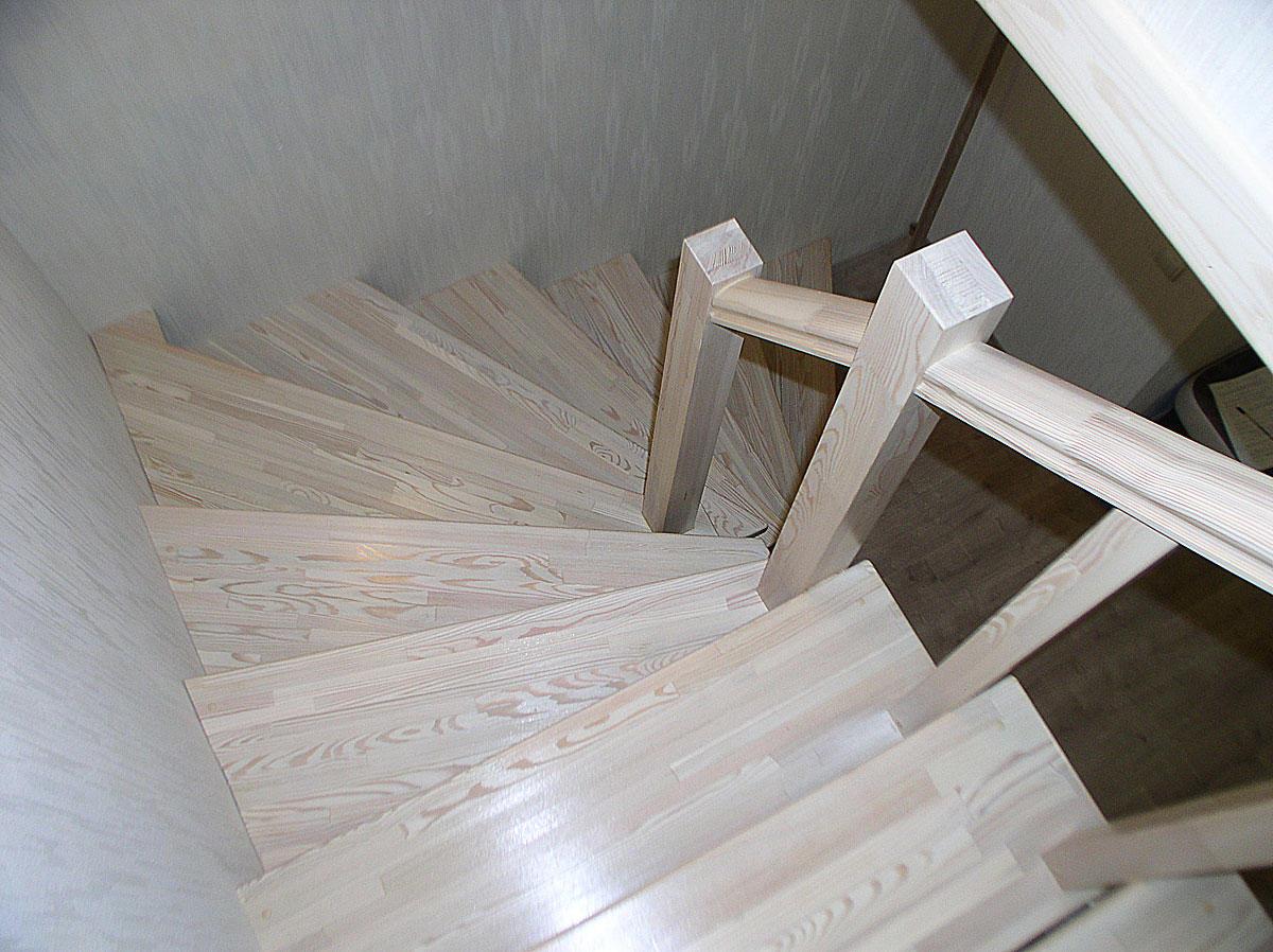 Лестница из массива светлой лиственницы ЛЛ28