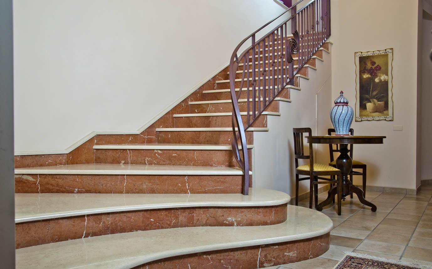 Отделка лестницы мрамором ОЛМ29