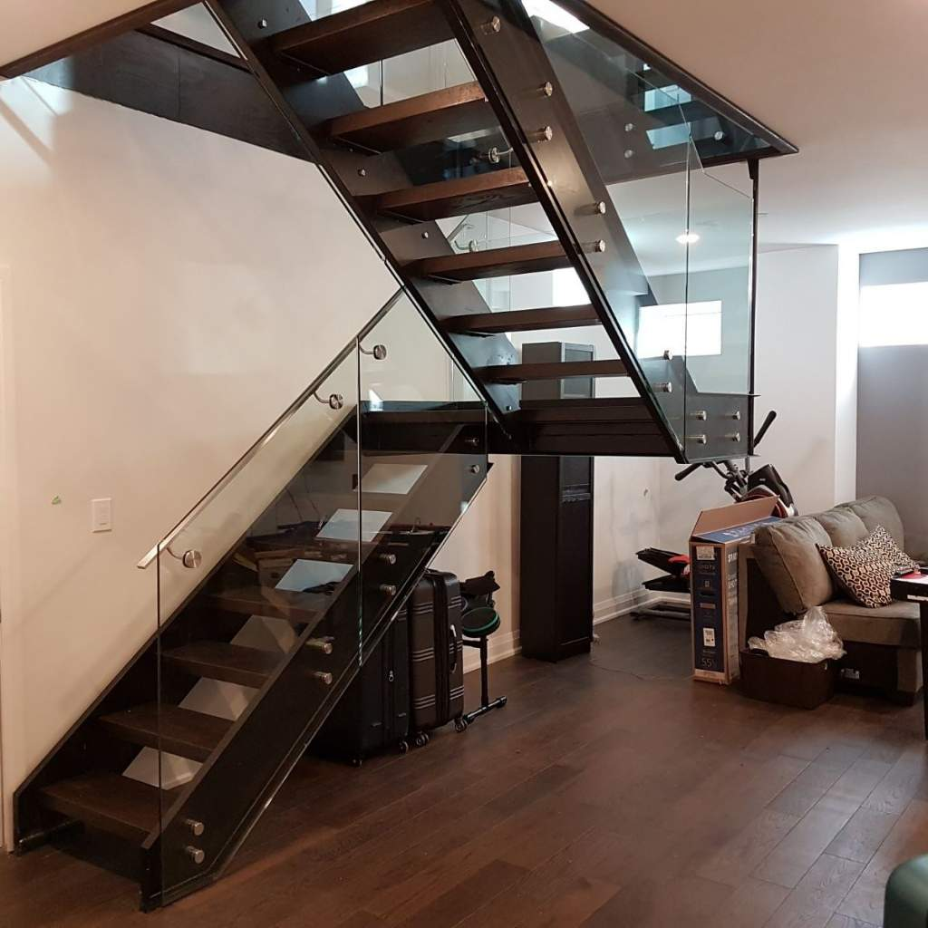 Стильная металлическая лестница буквой П со стеклом ЛМПО29