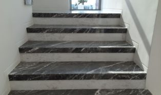 Отделка лестницы темным мрамором ОЛМ3