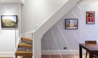 Г-образная лестница с белыми перилами ЛГО3