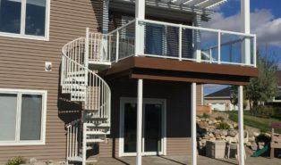 Уличная металлическая винтовая лестница, белая ЛМВ3