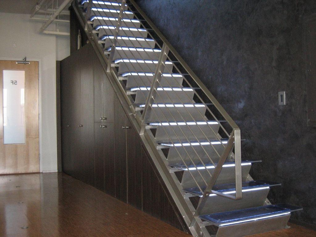 Прямая лестница из металла, подсветка ЛМП3